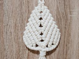 Ozdoba choinkowa wykonana techniką makramy